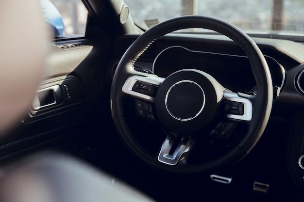 Kierownica luksusowego samochodu