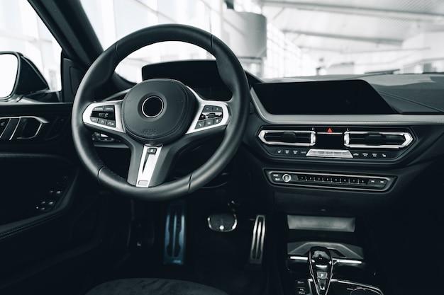 Kierownica nowego luksusowego samochodu z bliska
