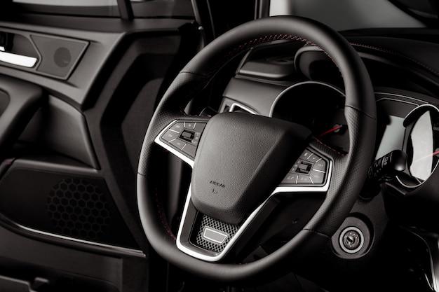 Kierownica nowego samochodu, wnętrze kabiny, luksusowe detale