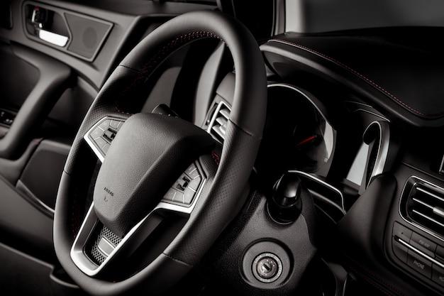 Kierownica wewnątrz nowego i nowoczesnego samochodu na sprzedaż z luksusowymi detalami
