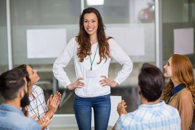 Kierownictwo docenia kolegę podczas prezentacji