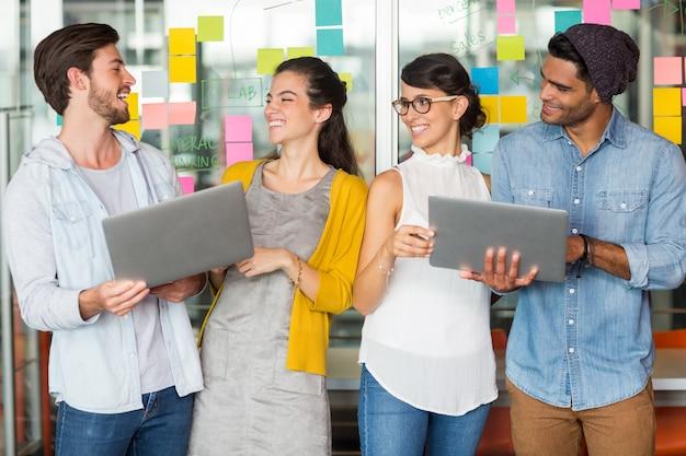 Kierownictwo dyskutuje nad laptopem w biurze