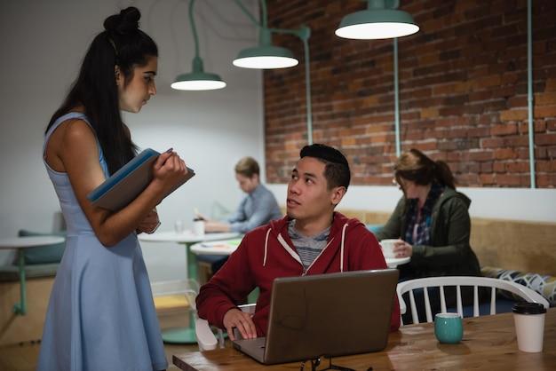 Kierownictwo dyskutuje nad laptopem