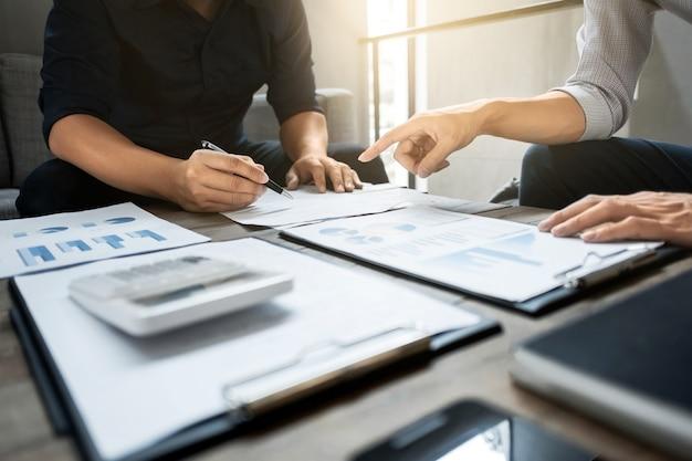 Kierownictwo firmy analizuje w papierze danych wyceny