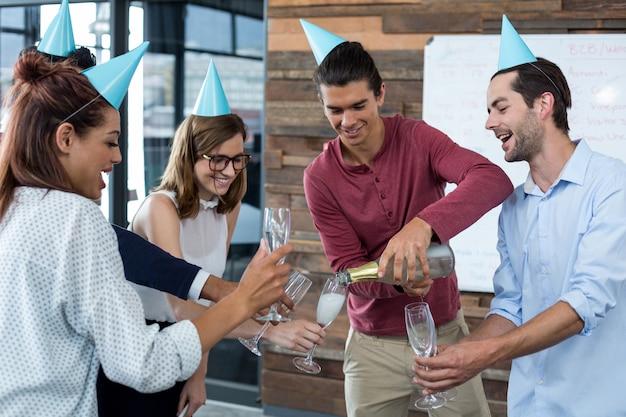 Kierownictwo firmy, nalewanie szampana do okularów