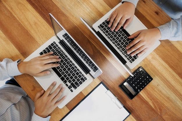 Kierownictwo firmy pracuje na laptopie
