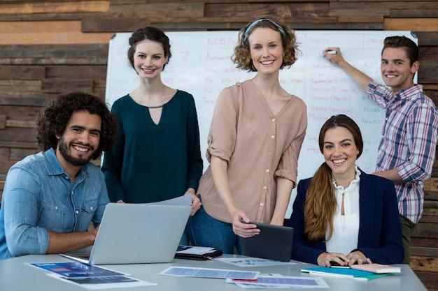 Kierownictwo firmy uśmiechnięte w biurze