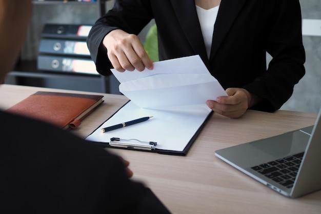 Kierownictwo otwiera kopertę rezygnacji ze strony personelu