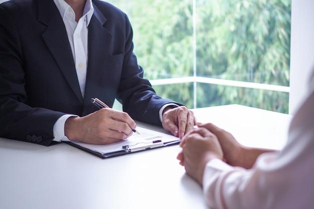 Kierownictwo przesłuchuje kandydatów. skoncentrowanie się na wznowieniu pisania wskazówek, kwalifikacjach kandydatów, umiejętnościach rozmowy kwalifikacyjnej i przygotowaniu do rozmowy kwalifikacyjnej. uwagi dla nowych pracowników