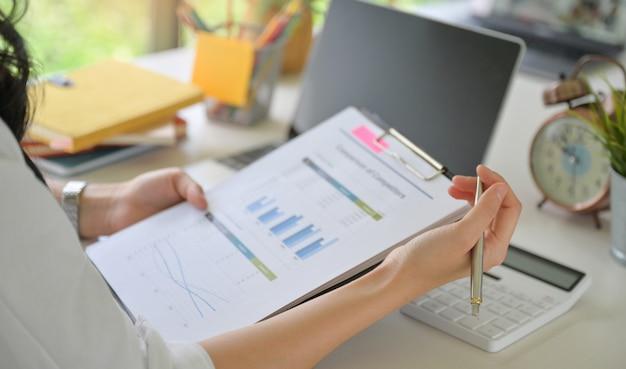 Kierownictwo sprawdza wykresy przychodów firmy.