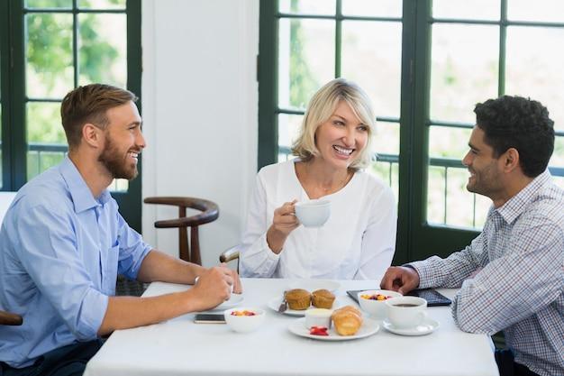 Kierownictwo wchodzące w interakcje w restauracji