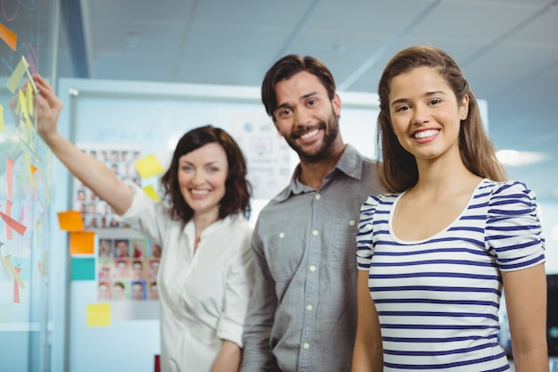 Kierownictwo zespołu stojącego w biurze