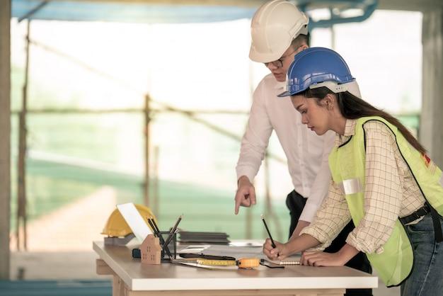 Kierownicy projektów na budowie