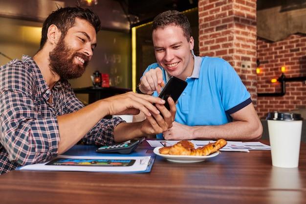 Kierownicy projektów omawiają interfejs aplikacji mobilnej