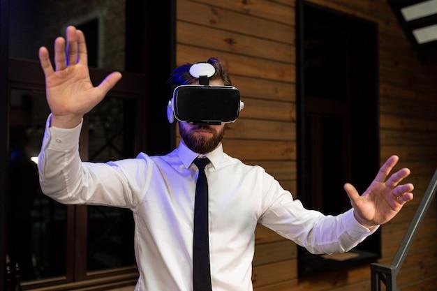 Kierownik biura w formalnej odzieży noszącej wirtualną rzeczywistość vr