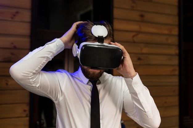 Kierownik biura w formalnym ubraniu w okularach wirtualnej rzeczywistości vr