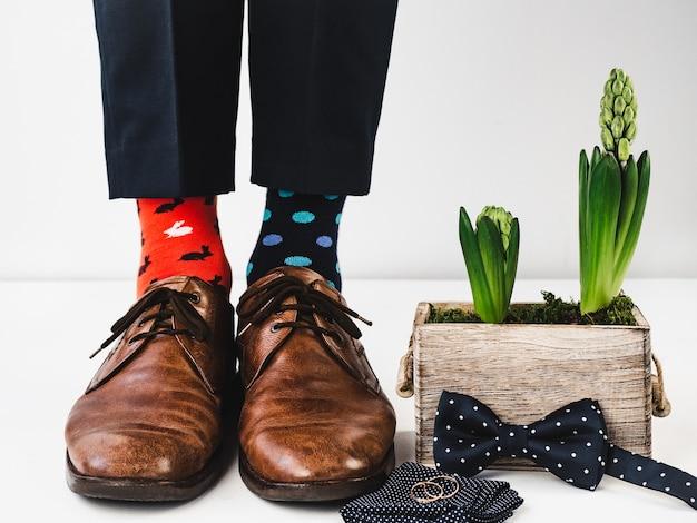 Kierownik biurowy stojący w stylowych butach. zbliżenie