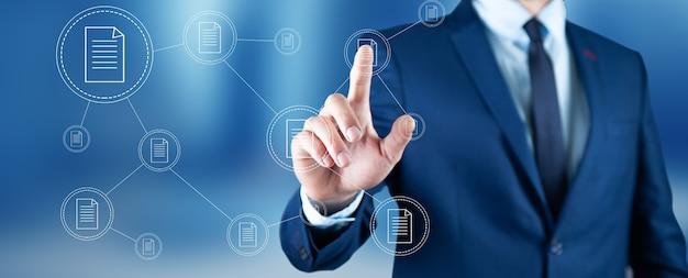 Kierownik biznesmen ręce dotykając dokumentów, raportów formalności
