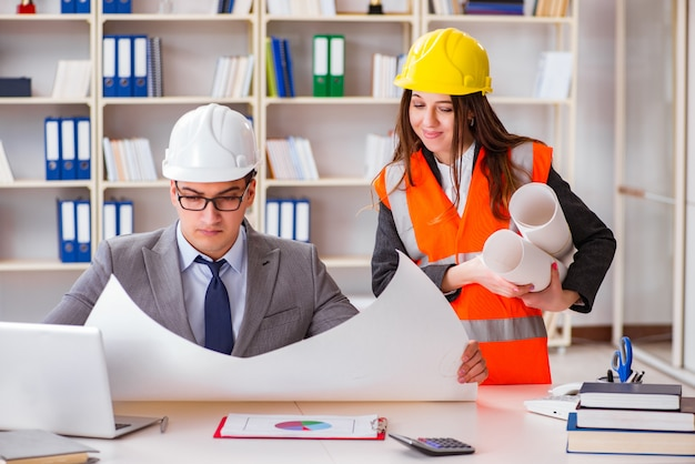 Kierownik budowy nadzoruje rysunki