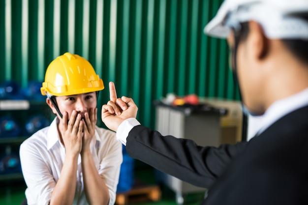 Kierownik fabryki krzyczy do swojego pracownika