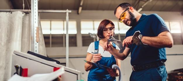 Kierownik fabryki mierzy wycięty produkt na maszynie cnc