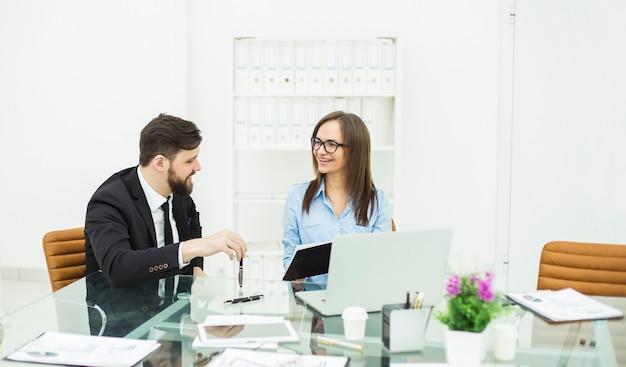 Kierownik finansowy i księgowy prowadzą dyskusję o sprawach biznesowych w miejscu pracy w biurze