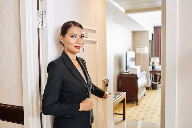 Kierownik hotelu pokazujący pokój