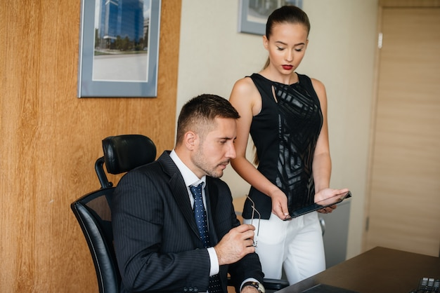 Kierownik i jego asystent omawiają nowe plany i zadania. biznes, finanse