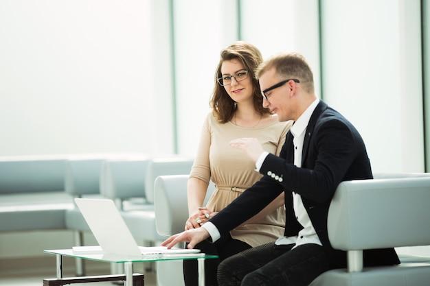 Kierownik i klient siedzący w pokoju bankowym b