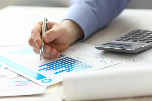 Kierownik księgowy kontrolujący dochód z wydatków