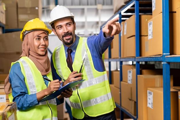 Kierownik magazynu rozmawia z pracownikiem o logistyce