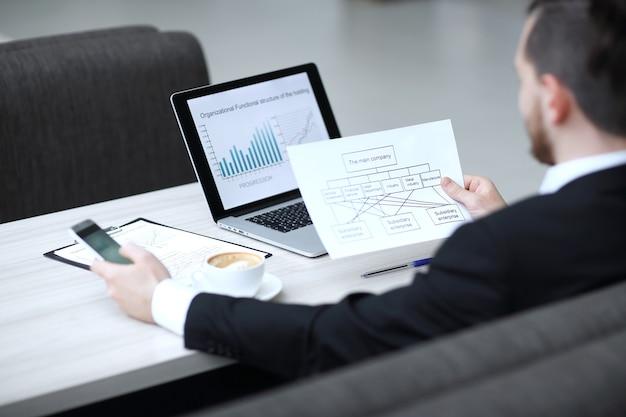 Kierownik pracujący z dokumentami finansowymi