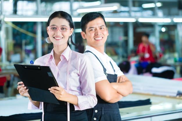Kierownik produkcji i projektant w azjatyckiej fabryce