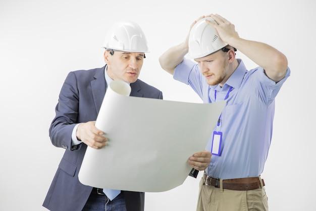 Kierownik projektu i główny inżynier omawiający błędy i problemy w projekcie