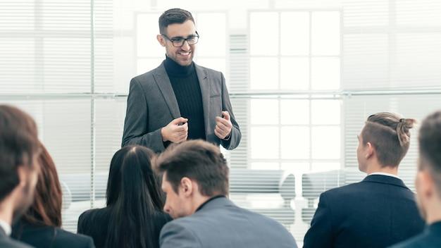 Kierownik projektu na spotkaniu roboczym z zespołem biznesowym. pomysł na biznes