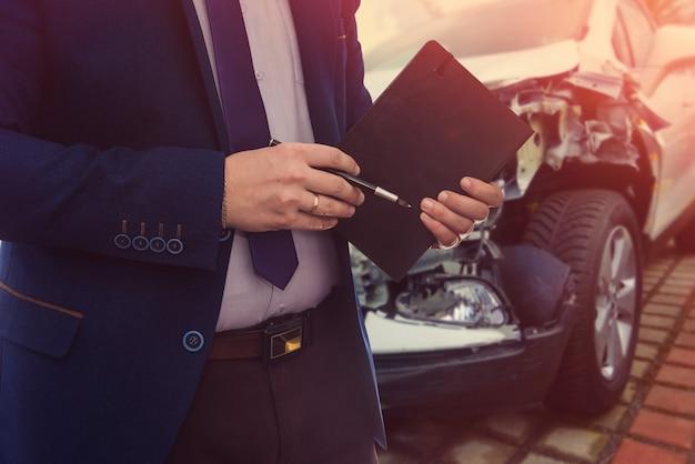 Kierownik przyjmuje zepsuty samochód do naprawy w salonie samochodowym.