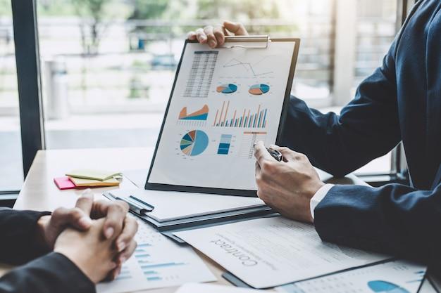 Kierownik spotkania omawiający firmę wzrost projektu sukces statystyki finansowej