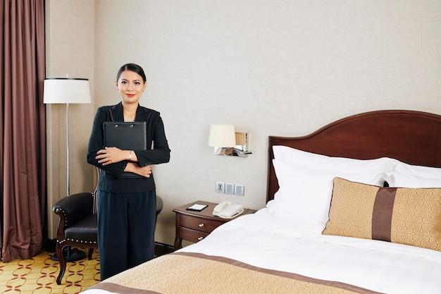 Kierownik stojący w pokoju hotelowym