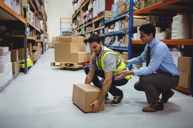 Kierownik szkolenia pracownika w zakresie bezpieczeństwa i higieny pracy w dużym magazynie