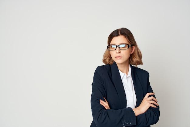 Kierownik z okulary wykonawczej styl życia na białym tle. zdjęcie wysokiej jakości