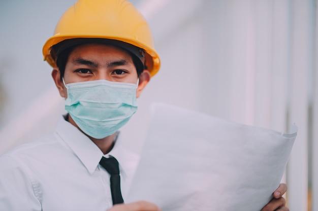 Kierownika mienia projekt pracuje na budowie