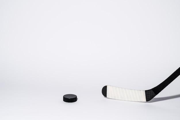Kij i krążek do hokeja na lodzie, sprzęt do hokeja.