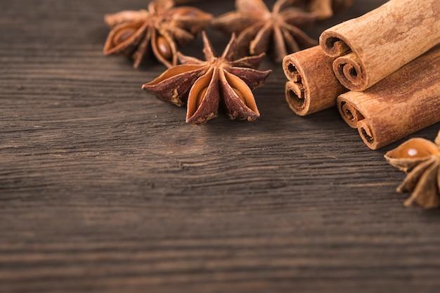 Kije cynamon i anyż na drewnianym tle. copyspace