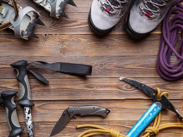 Kijki narciarskie, buty, kilofy do drewna