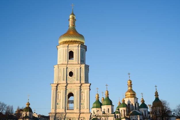 Kijów (kijów) jest stolicą ukrainy. dzwonnica katedry św zofii przed czystym błękitnym niebem. plac sofii