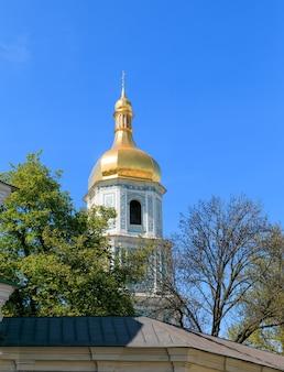 Kijów na wiosnę. sobór mądrości bożej w kijowie jest wybitnym zabytkiem architektury rusi kijowskiej