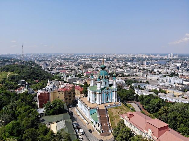 Kijów - stolica ukrainy. fotografia lotnicza z drona. niesamowity kraj z wielką i długą historią. kraj europejski. kościół św. andrzeja, wielki i piękny