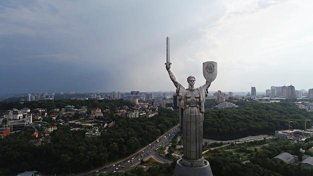 Kijów - stolica ukrainy. fotografia lotnicza z drona. piękny kraj z wielką i długą historią. kraj europejski. pomnik ojczyzny. ogromny posąg