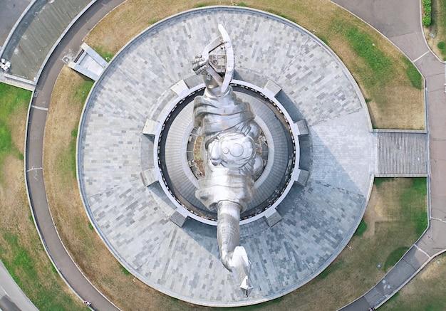 Kijów - stolica ukrainy. fotografia lotnicza z drona. pomnik ojczyzny.
