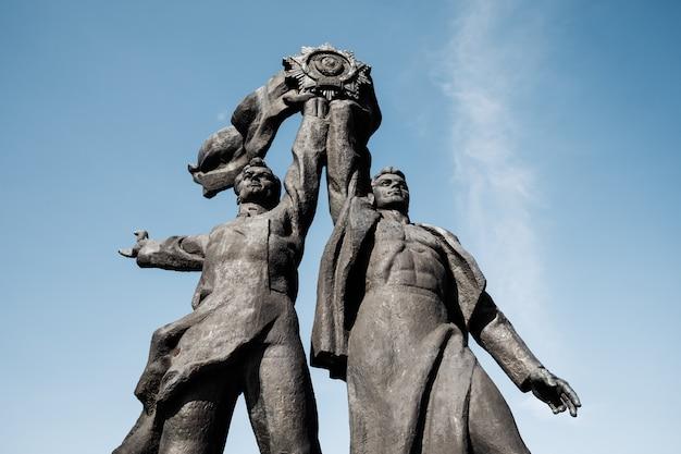 Kijów, ukraina - 05 maja 2017: radziecki pomnik poświęcony przyjaźni rosyjsko-ukraińskiej pod łukiem przyjaźni ludowej